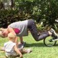 La belle Elsa Pataky fait du sport dans son jardin avec un de ses trois enfants - janvier 2016