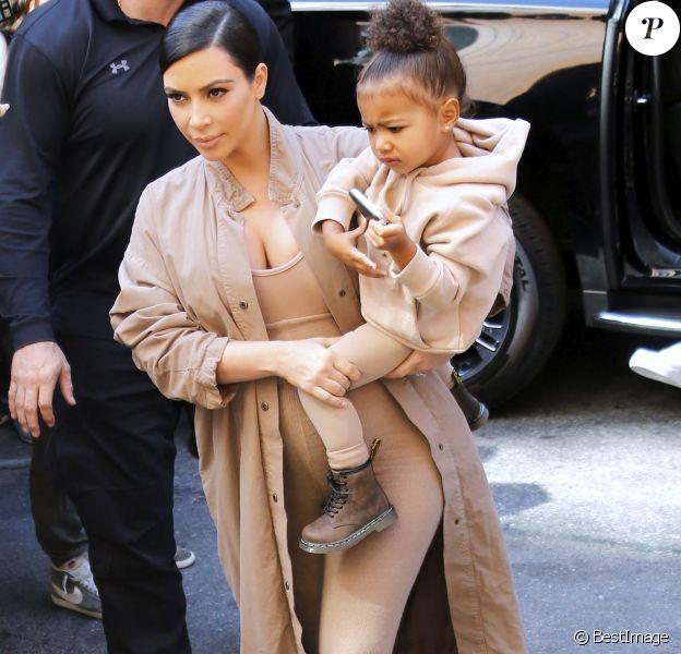 Kim Kardashian (enceinte) et sa fille North - Arrivées au Défilé Kanye West x Adidas à New York le 16 septembre 2015.