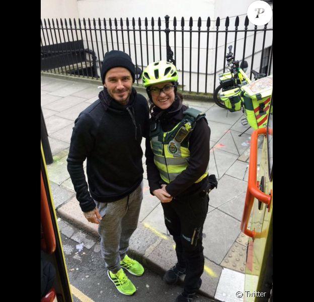David Beckham vient en aide à un hommage âgé et une secouriste dans les rues de Londres le 1er février 2016.