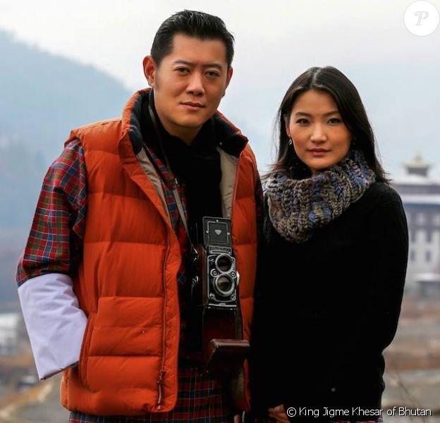 Le roi-dragon Jigme Khesar du Bhoutan et la reine Jetsun Pema, ici en photo le 20 janvier 2016 devant le palais Tashichhodzong (siège du gouvernement), ont eu le 5 février 2016 leur premier enfant, le Gyalsey.