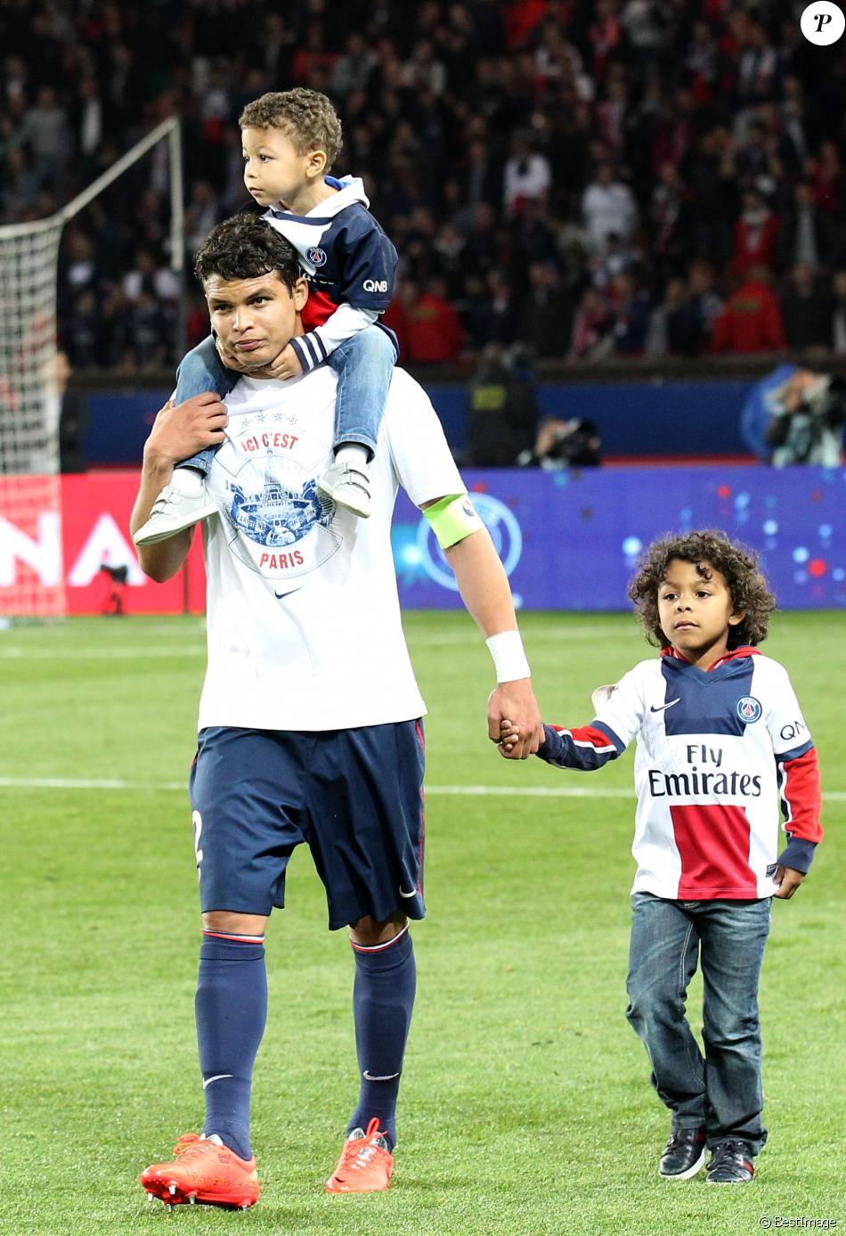 Thiago Silva et ses fils Isago et Iago, le 7 mai 2014 au Parc des Princes à Paris lors de la célébration du titre de champion de France