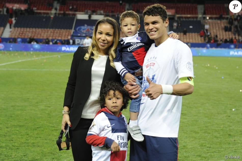 Thiago Silva avec son épouse Isabelle et leurs enfants Isago et Iago lors  de la célébration du titre de champion de France au Parc des Princes à  Paris, le 7 mai - Purepeople