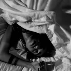 """FKA twigs nue sous la couette dans le clip de """"Good To Love"""", son dernier single."""