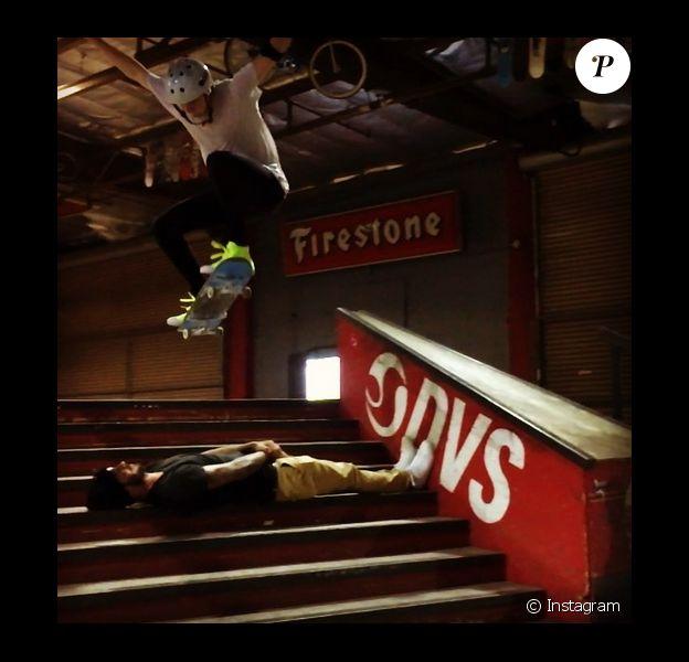 Brooklyn Beckham saute par dessus son père David Beckham en skateboard. Photo publiée sur Instagram, le 19 février 2016.