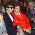 Véronique Colucci avec ses fils Marius et Romain, le jour de l'enterrement de Coluche, le 24 juin 1986