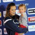 Laure Manaudou et sa fille Manon lors des championnats d'Europe petit bassin de Chartes, le 24 novembre 2012