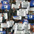 Le public avec des pancartes  contre le racisme et l'intolérance au Parc des Princes