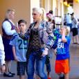 Gwen Stefani passe la journée avec ses fils Kingston, Zuma et Apollo à Disneyland à Anaheim en Californie, le 10 mars 2016
