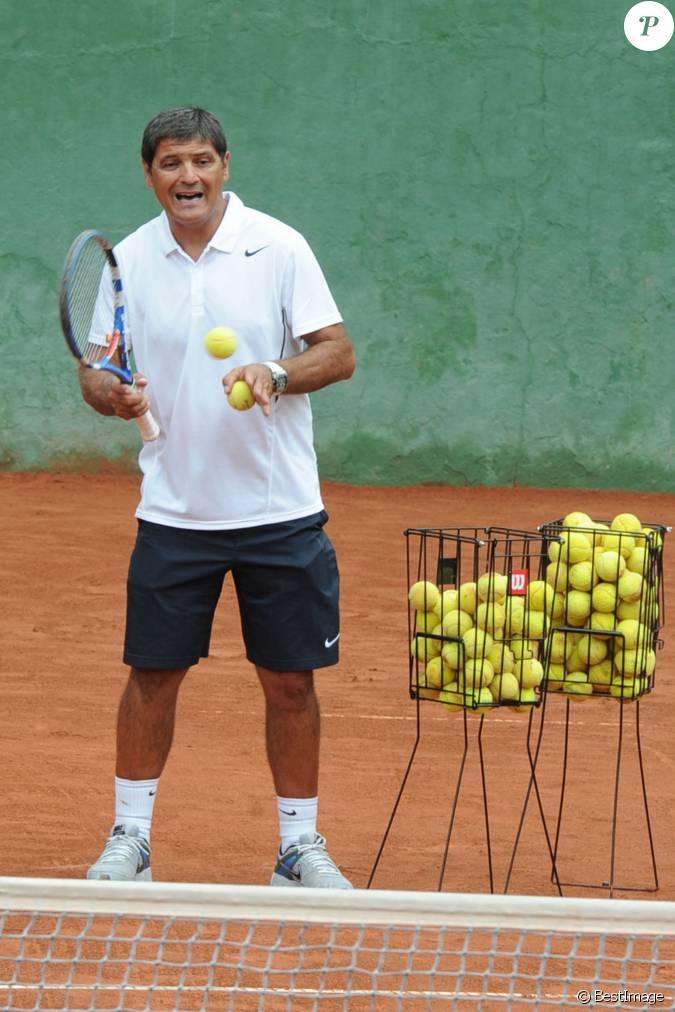 Toni nadal oncle et entraineur de rafael nadal donne un for Un cours de tennis