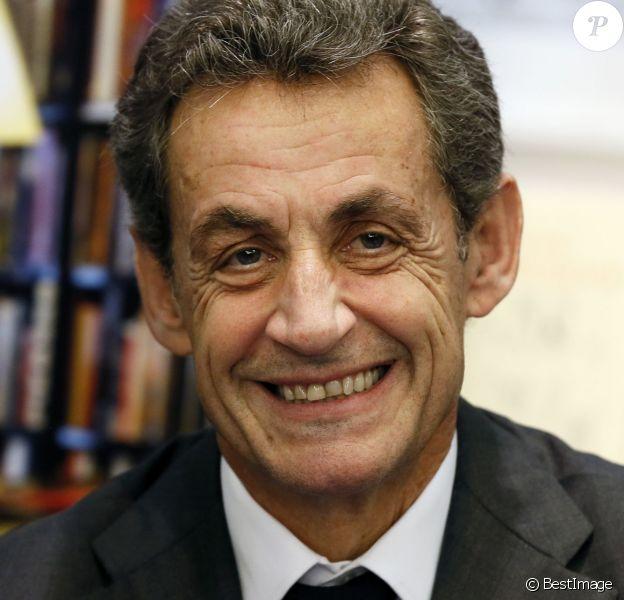 """Nicolas Sarkozy, président du parti """"Les Républicains"""", dédicace son livre """"La France pour la vie"""" dans une librairie à Bordeaux le 9 février 2016. © Patrick Bernard/ Bestimage"""