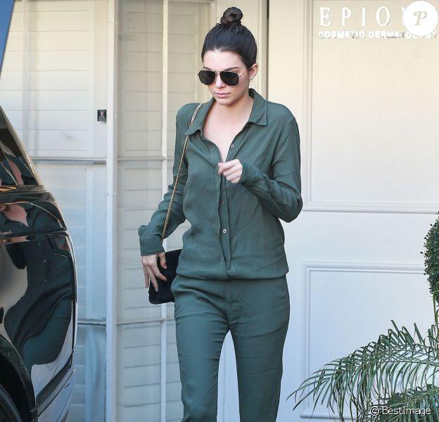 Kendall Jenner quitte le centre medical Epione à Beverly Hills, habillée d'une tenue une-pièce Monrow et chaussée de baskets Kenneth Cole. Le mannequin porte des lunettes de soleil et un sac Saint Laurent. Le 18 Mars 2016.