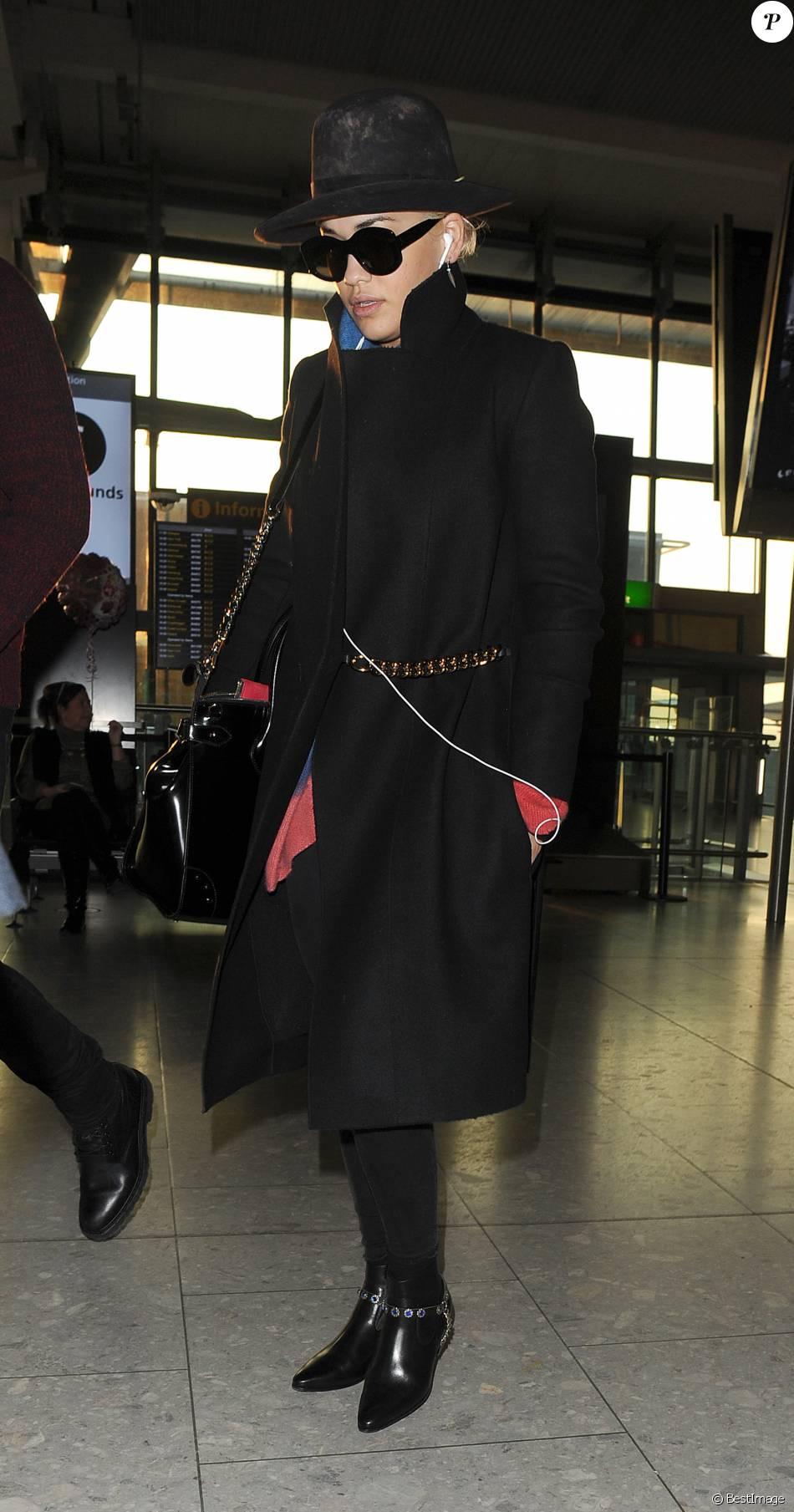 noir vêtue Rita à Oratoute l'aéroport de d'Heathrowporte I7vYbf6mgy