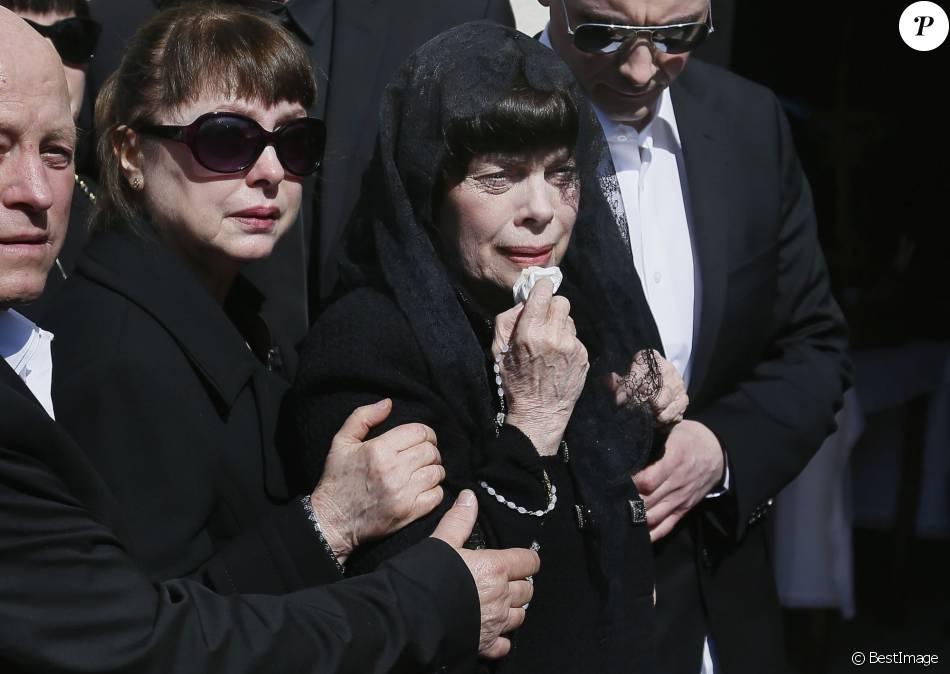 Mireille Mathieu Très émue En Famille Aux Obsèques De Sa Mère