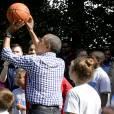 Barack Obama joue au baskettlors de la traditionnelle chasse aux oeufs de Pâques de la Maison Blanche à Washington, le 28 mars 2016.