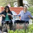 """Barack Obama et sa femme Michelle Obama lisent """"Where The Wild Things Are""""lors de la traditionnelle chasse aux oeufs de Pâques de la Maison Blanche à Washington, le 28 mars 20"""