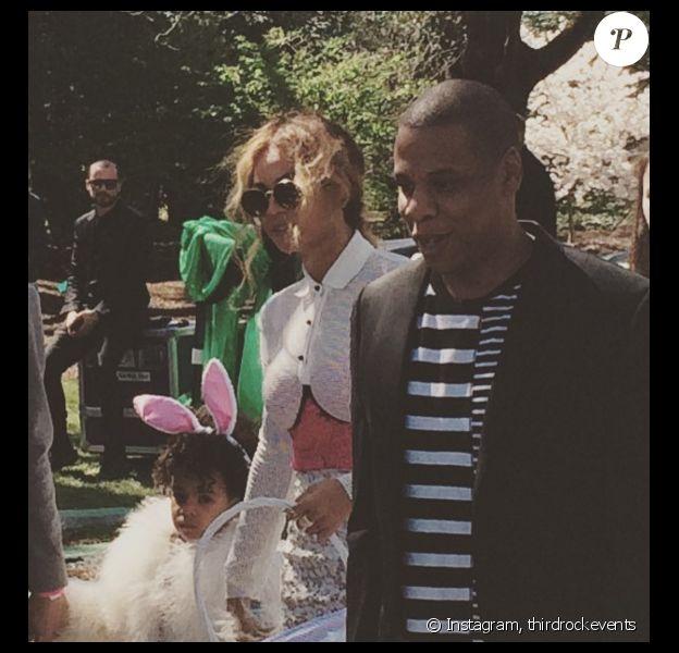 Beyoncé et son mari Jay-Z ainsi que leur petite Blue Ivy à la chasse aux oeufs de Paques organisée à la Maison Blanche, Washington. Photo publiée sur Instagram, le 28 mars 2016.