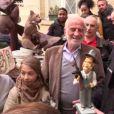 Jean-Paul Belmondo avec sa fille Stella pour son 83e anniversaire, devant chez lui à Paris, le 9 avril 2016.