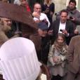 Jean-Paul Belmondo, entouré de sa fille Stella et de Rémy Julienne pour son 83e anniversaire, devant chez lui à Paris, le 9 avril 2016.