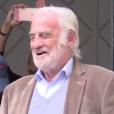 Jean-Paul Belmondo reçoit une surprise en chocolat pour son 83e anniversaire, devant chez lui à Paris, le 9 avril 2016.