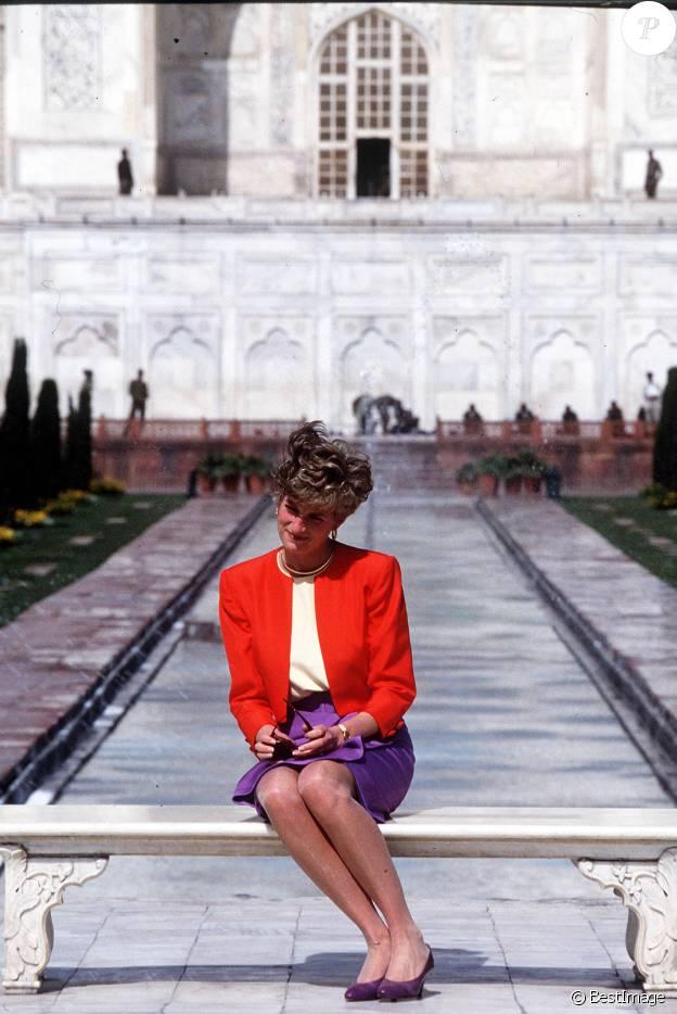 La princesse Diana (Lady Di) posant devant le Taj Mahal le 13 février 1992, à Agra en Inde, lors d'un de ses derniers voyages officiels avec le pricne Charles. Le 16 avril 2016, son fils le prince William et Kate Middleton ont pris place sur le même banc, au même endroit...