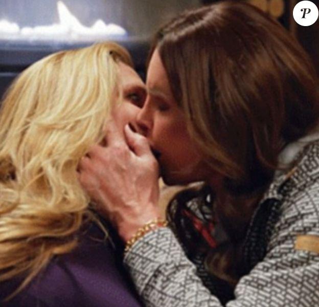 Caitlyn Jenner embrasse Candis Cayne dans un nouvel extrait de son émission de télé réalité. Image extraite de la bande-annonce du prochain épisode, dévoilée sur le site du DailyMail, le 20 avril 2016.