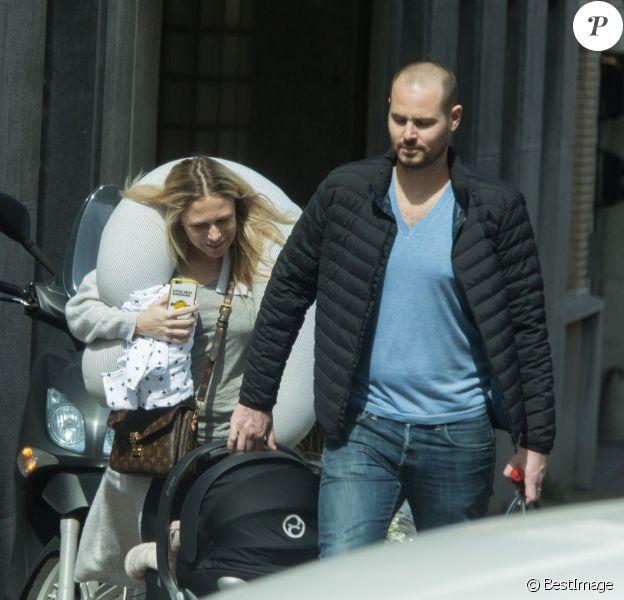 Exclusif - Julie Taton a donné naissance à un petit garçon nommé Côme, samedi matin 9 avril, à la clinique Edith Cavell, à Uccle, dans la région bruxelloise. Julie Taton est sortie de la clinique ce mardi 12 avril à 14h, accompagnée de son mari Harold Van Der Straten-Ponthoz.