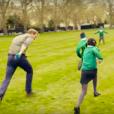 Le prince Harry à la course avec des écoliers. Kate Middleton, le prince William et le prince Harry ont participé le 21 avril dans les jardins de leur résidence du palais de Kensington à un spot de sensibilisation à la santé mentale pour le compte de l'association Heads Together révélé le 24 avril 2016.