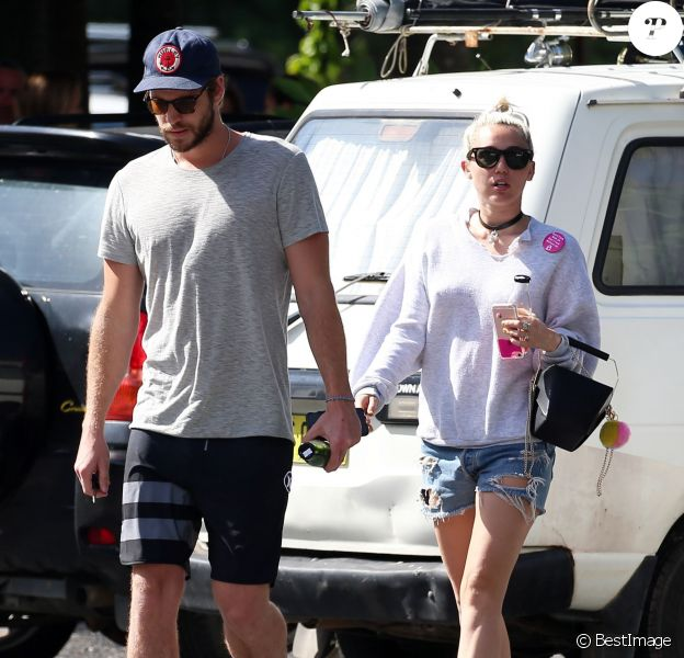 Liam Hemsworth et sa petite-amie Miley Cyrus vont prendre le petit-déjeuner à Byron Bay en Australie, le 28 avril 2016.