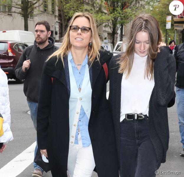 Tea Leoni et sa fille Madelaine Duchovny se promènent dans les rues de New York, le 2 mai 2016