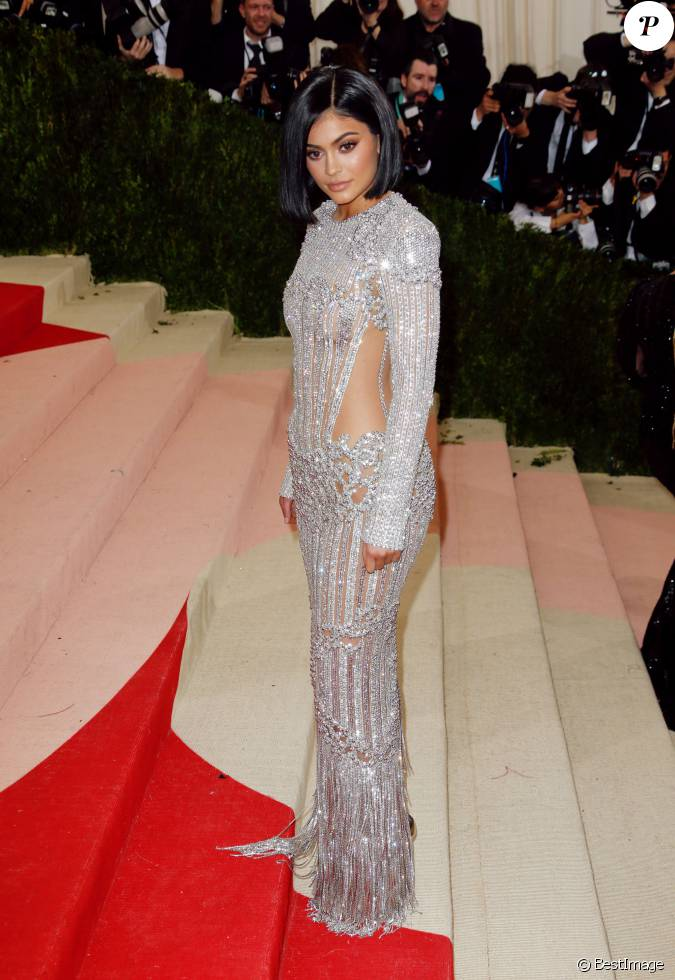 Kylie jenner lors de la soiree costume institute benefit for Kylie jenner robe