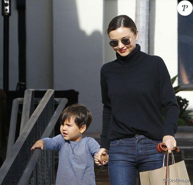 Miranda Kerr emmène son fils Flynn déjeuner au restaurant Ollo à Malibu. Ils promènent leur chien et font ensuite du shopping chez Toy Crazy. Le 4 mai 2016