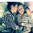 Laury Thilleman fait un gros câlin à sa petite soeur Julie. Mars 2014.