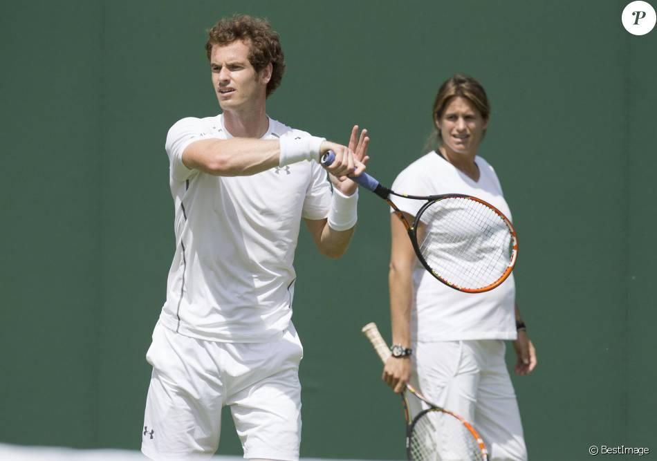 Andy Murray et son entraîneuse Amélie Mauresmo, enceinte lors de l'entraînement au tournoi de tennis de Wimbledon à Londres, le 24 juin 2015.