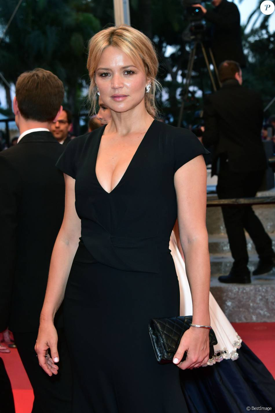 "Virginie Efira - Descente des marches du film ""Elle"" lors du 69e Festival International du Film de Cannes. Le 21 mai 2016. © Giancarlo Gorassini/Bestimage"