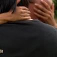 """""""Cécilia dans les bras de son père - """"Koh-Lanta 2016"""", épisode du 20 mai 2016, sur TF1."""""""