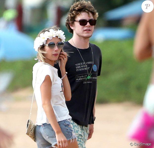 Emma Roberts et son fiancé Evan Peters passent du bon temps sur une plage à Maui pendant leurs vacances. Le 3 juin 2014