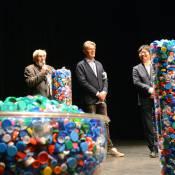 Dominique Desseigne signe un gros chèque en plastique plein d'amour