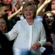 """Hillary Clinton : Victorieuse aux côtés de Bill, sa fille Chelsea """"très fière"""""""