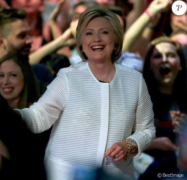 La candidate aux primaires démocrates pour les élections présidentielles américaines, Hillary Clinton, revendique sa victoire devant ses supporters à Brooklyn, et devient ainsi la première femme dans l'histoire des Etats-Unis à être investie par l'un des grands partis. Le 7 juin 2016