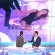 """Caroline Ithurbide tombe lourdement sur le plateau de """"Touche pas à mon poste"""" sur D8. Le 20 juin 2016."""