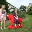 Natalia Vodianova et sa fille Neva arrivent au Jardin des Plantes pour assister au défilé Ulyana Sergeenko (collection Haute Couture automne-hiver 2016/2017). Paris, le 3 juillet 2016.