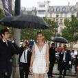Amber Vallettaarrive à l'Hôtel de la Païva pour assister au défilé Miu Miu (collection croisière 2017). Paris, le 3 juillet 2016.