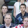 David Beckham et ses enfants Romeo et Cruz dans les tribunes du tournoi de Wimbledon le 6 juillet 2016.