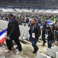 Des spectateurs quittent le Stade de Fance le 13 novembre 2015.