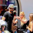 Olivier Giroud pose pour des fans à Saint-Tropez le 19 juillet 2016 au cours d'une sortie avec sa femme Jennifer et leur fille Jade.