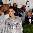 """Kim Kardashian et son mari Kanye West (lentilles de contact bleues) à la Soirée Costume Institute Benefit Gala 2016 (Met Ball) sur le thème de """"Manus x Machina"""" au Metropolitan Museum of Art à New York, le 2 mai 2016."""