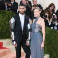"Gigi Hadid et son petit ami Zayn Malik - Soirée Costume Institute Benefit Gala 2016 (Met Ball) sur le thème de ""Manus x Machina"" au Metropolitan Museum of Art à New York, le 2 mai 2016. People attending the ""Manus x Machina: Fashion In An Age Of Technology"" Costume Institute Gala at Metropolitan Museum of Art on May 2, 2016 in New York City.02/05/2016 - New York"