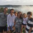 Le prince Joachim et la princesse Marie de Danemark avec leurs enfants Nikolai, Henrik, Athena et Felix fin juillet 2016 devant les chutes d'Iguazu, à la frontière entre le Brésil et l'Argentine, lors de leur séjour à l'occasion de l'ouverture des Jeux olympiques de Rio de Janeiro. Photo Instagram cour royale de Danemark.
