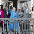 La princesse Mary, le prince Frederik, la reine Margrethe II, le prince Henrik, le prince Joachim et la princesse Marie de Danemark lors des célébrations du 76e anniversaire de la reine Margrethe depuis le balcon du palais Amalienborg à Copenhague le 16 avril 2016