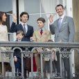 La princesse Marie, le prince Joachim de Danemark et leurs enfants, le prince Nikolai, le prince Henrik, le prince Felix et la princesse Athena lors des célébrations du 76e anniversaire de la reine Margrethe depuis le balcon du palais Amalienborg à Copenhague le 16 avril 2016